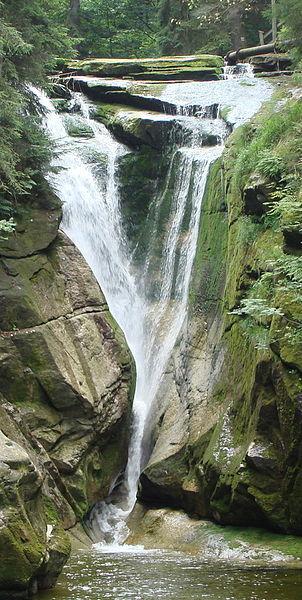 """""""Wodospad Szklarki latem"""". Licencja CC BY-SA 3.0"""